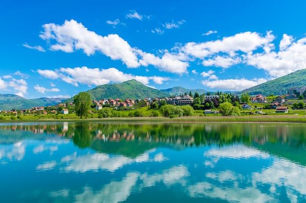 Un grand lac de montagne dans une vallée pittoresque.