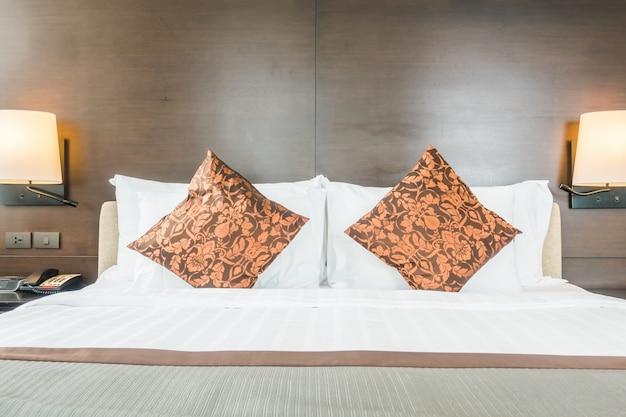 Grand lit avec deux lampes murales