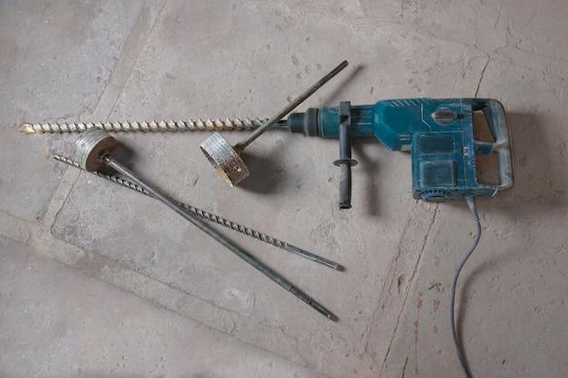 Grand marteau électrique avec accessoires pour le perçage de grandes ouvertures et broyeurs de destruction de béton