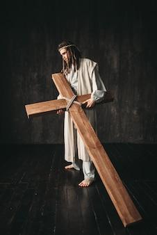 Grand martyr avec croix sur fond noir