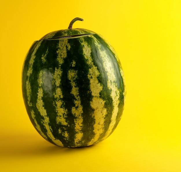 Grand melon d'eau à rayures vertes ovales sur fond jaune