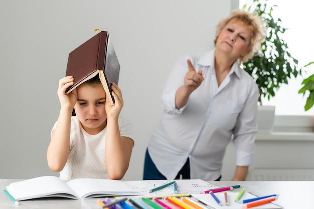 Une grand-mère d'âge moyen gronde une petite-fille adulte, une grand-mère en colère raconte des plaintes faisant des conférences sur un enfant stressé
