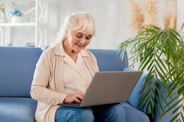 Grand-mère à l'aide d'un ordinateur portable