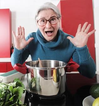 Grand-mère cuisine dans la cuisine