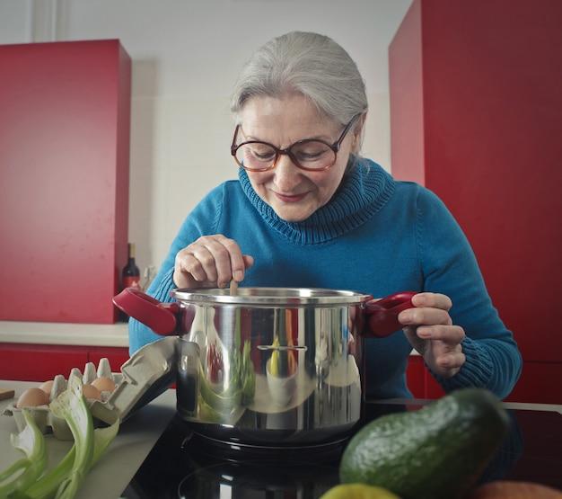 Grand-mère cuisine un délicieux repas