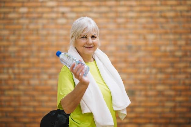 Grand-mère dans la salle de gym