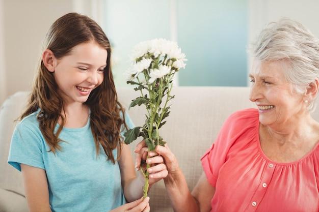 Grand-mère donnant un bouquet de fleurs à sa petite-fille