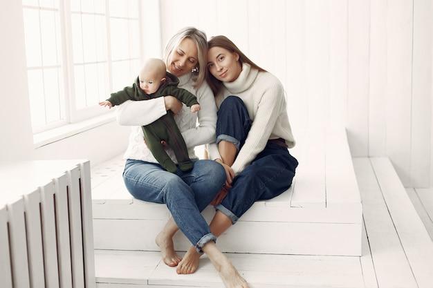 Grand-mère élégante à la maison avec sa fille et sa petite-fille