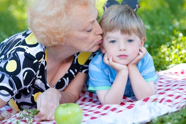 Grand-mère embrassant son petit-fils