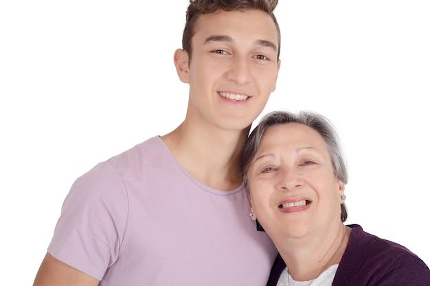 Grand-mère embrasse son petit-fils adolescent