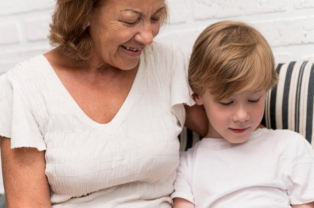 Grand-mère et enfant smiley gros plan