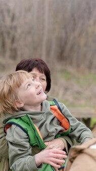 Grand-mère et enfant de tir moyen à l'extérieur