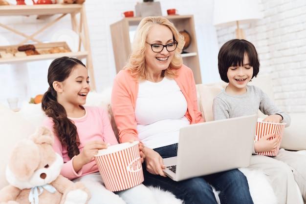 Grand-mère, esprit enfants, regarder film, sur, ordinateur portable