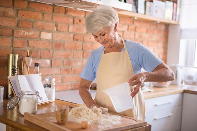 Grand-mère Fait Les Meilleures Pâtisseries Photo gratuit