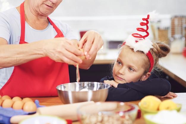 Grand-mère fait quelque chose de délicieux