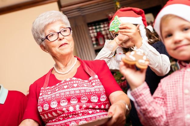 Grand-mère fière à côté de ses petits-enfants
