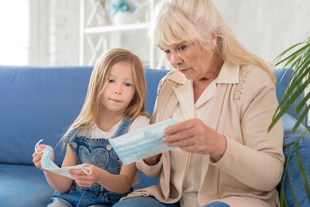 Grand-mère et fille avec masque
