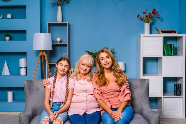 Grand-mère, fille et petit-enfant ensemble à la maison, moments de vie domestique heureux