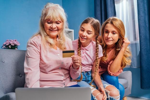 Grand-mère fille et petit-enfant ensemble à la maison
