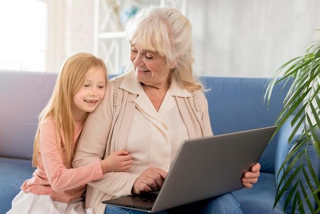 Grand-mère, girl, regarder, ordinateur portable