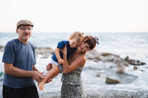 Grand-mère et grand-père avec petit-fils
