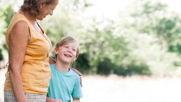 Grand-mère gros plan et enfant heureux