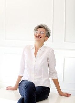 Grand-mère heureuse