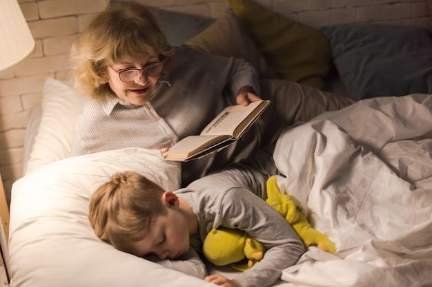 Grand-mère lisant au petit garçon