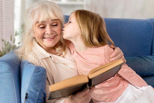 Grand-mère lisant pour petite fille