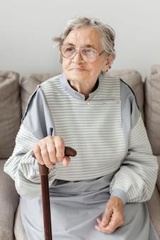 Grand-mère avec des lunettes à la maison