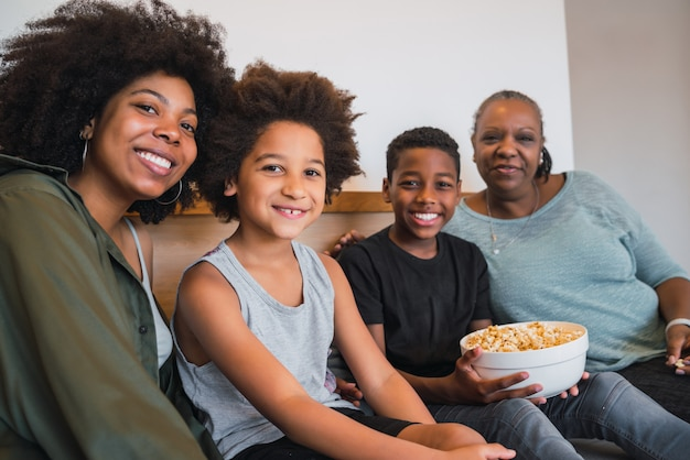 Grand-mère, mère et enfants ensemble à la maison.