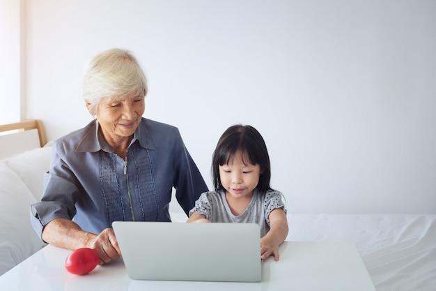 Grand-mère moderne thaïlandaise et sa petite-fille