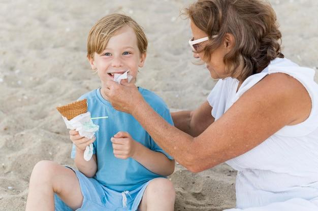 Grand-mère nettoyage enfant smiley