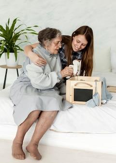 Grand-mère passe du temps avec sa famille