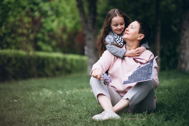 Grand-mère et petit-enfant dans le parc