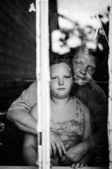 Grand-mère, petit-enfant, regarder, auge, fenêtre
