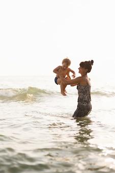 Grand-mère et petit-fils au bord de la mer