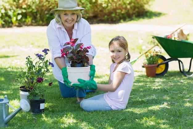 Grand-mère et petite-fille engagée dans le jardinage