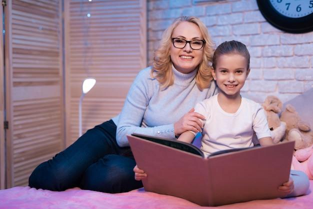 Grand-mère et petite-fille lit un livre