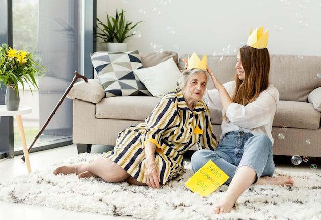 Grand-mère avec petite-fille à la maison