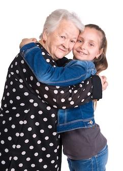 Grand-mère et petite-fille sur un mur blanc