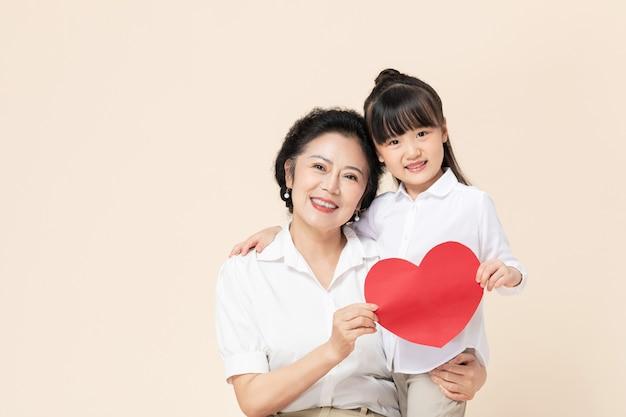 Grand-mère et petite-fille tenant l'amour