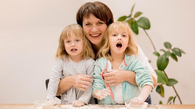 Grand-mère et petites-filles cuisiner