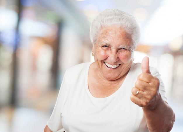 Grand-mère avec le pouce en place