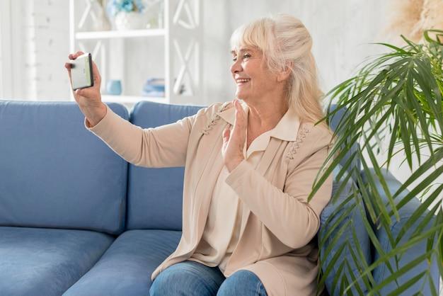 Grand-mère prenant selfie