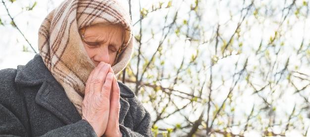 Grand-mère prie pour la spiritualité de la foi et la religion. demander à dieu bonne chance, succès, pardon
