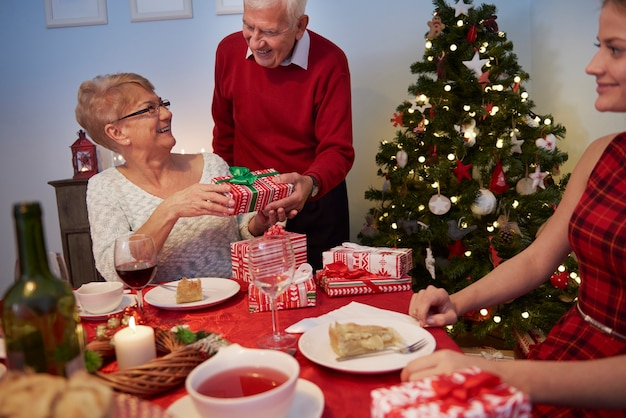 Grand-mère recevant un cadeau de son mari
