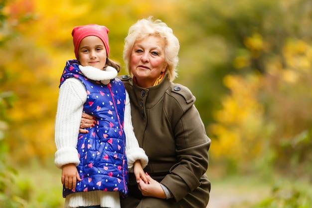 Grand-mère et sa petite-fille cueillant des baies dans la forêt