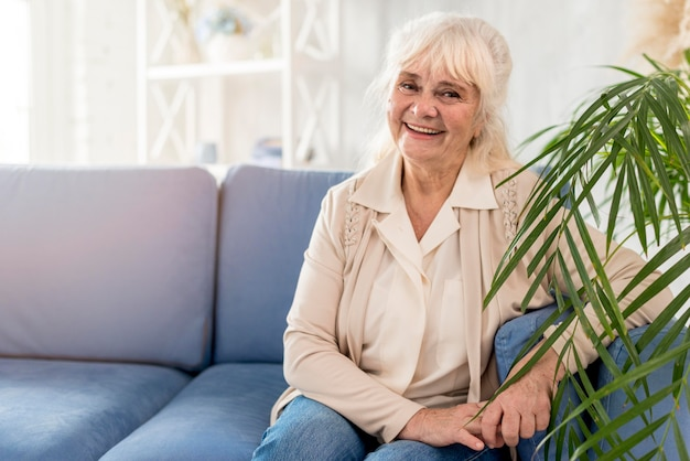 Grand-mère de smiley sur canapé