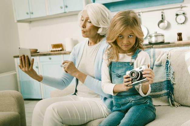 Grand-mère et son petit-fils apprennent des gadgets inhabituels